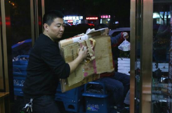 视频:杭州惊现纸箱食堂 废弃纸箱竟然能换宵夜