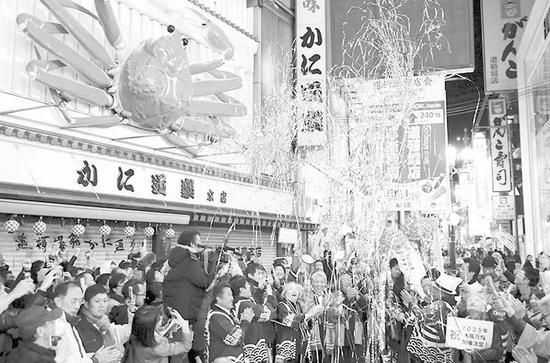 ▲大阪獲得世博會主辦權後,街頭一片歡騰。