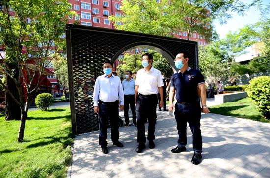 7月24日,甘靖中到劲松北社区参观调研。