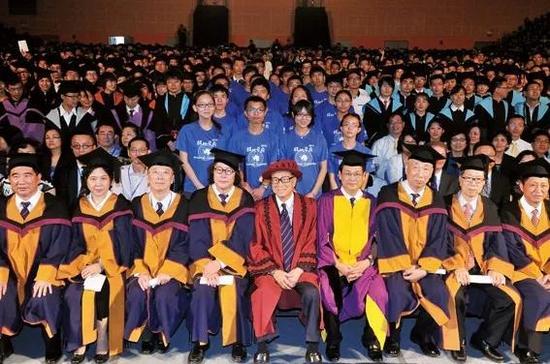 2013年6月28日,李嘉诚(中)出席汕头大学毕业典礼