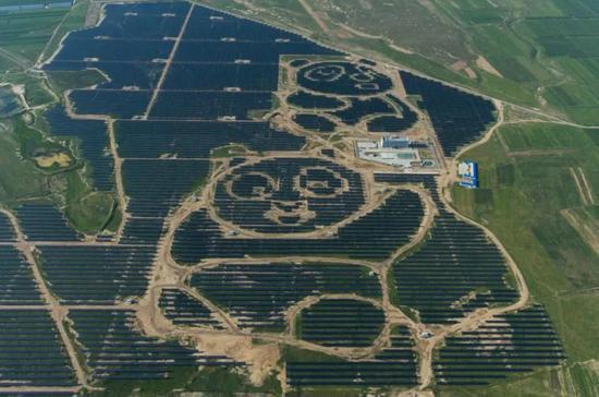 ▲世界首座熊猫外形的光伏电站在山西大同郊外落成。