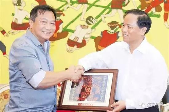 2017年5月20日上午,刘赐贵向菲律宾众议院议长赠送黎锦纪念品。 (海南日报)