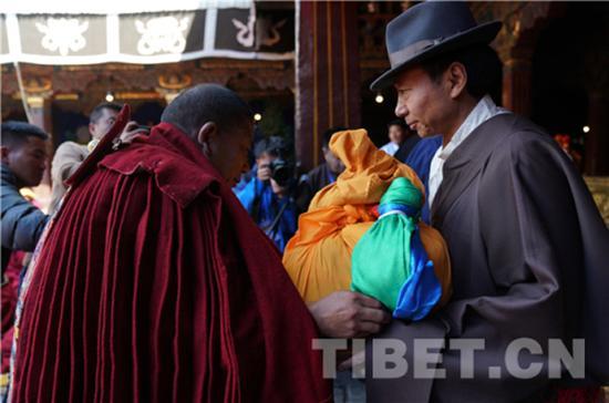 西藏自治区人民政府副主席江白代表自治区政府向考僧赠送了五彩缎、僧袍、礼金等,并向他们表示祝贺。