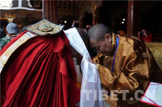 珠康·土登克珠活佛向获得学位的考僧致贺词、献哈达,并颁发了学位证书。