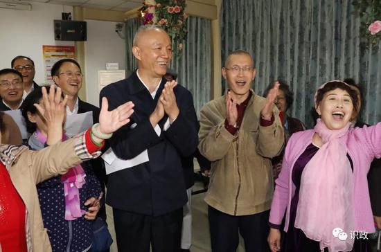 接受热情邀请,在居委会与老人一同合唱《共筑中国梦》