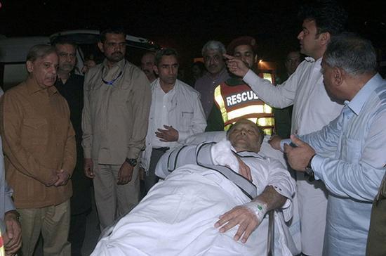 当地时间2018年5月6日,巴基斯坦拉合尔,遭枪击的巴基斯坦内政部长伊克巴尔被送往医院。东方IC 图
