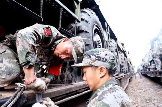 多支陆军部队参与此次集训。图为铁路装载现场。