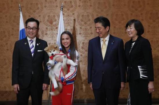 俄罗斯女子花滑金牌得主阿丽娜・扎吉托娃获赠秋田犬幼崽。