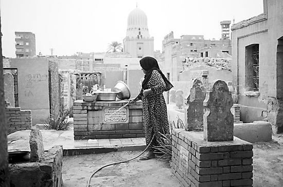 一名住在墓地里的埃及妇女。