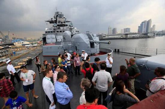 """资料图:菲律宾民众登上到访的俄""""海军上将特里布茨号""""反潜舰参观。"""