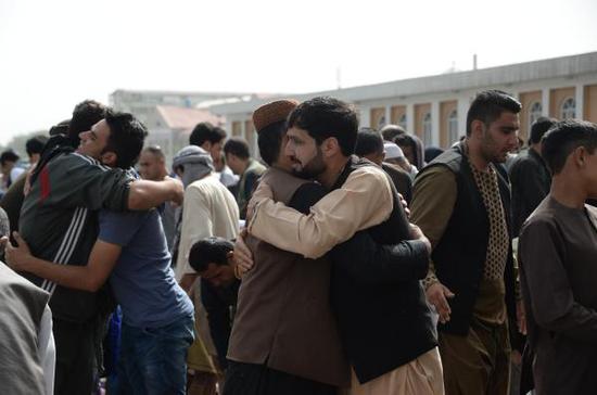 当地时间2018年6月15日,喀布尔,阿富汗人参加开斋节祈祷。视觉中国 图