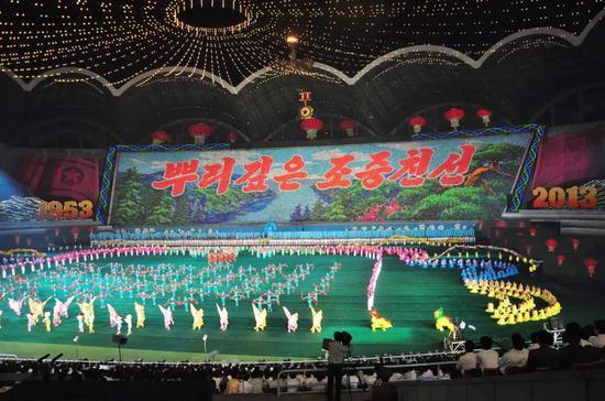 △2013年7月22日,艺术工作者表演《阿里郎》,庆祝停战60周年。