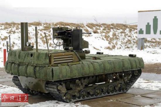 資料圖:俄軍裝配有機槍的作戰機器人正在測試中(俄羅斯《莫斯科時報》網站)
