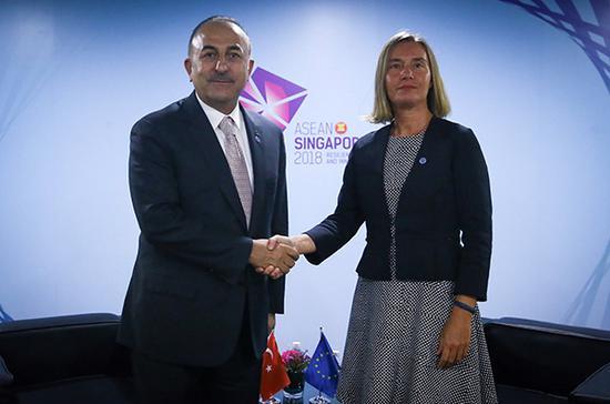 8月3日,新加坡,土耳其外交部長梅夫呂特·恰武什奧盧會晤歐盟外交與安全政策高級代表費代莫蓋里尼。視覺中國 資料