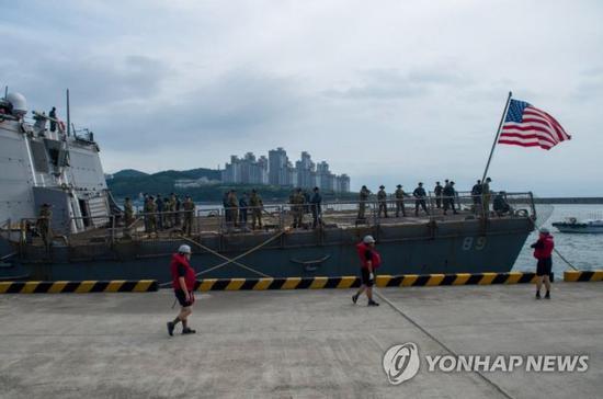 """美驱逐舰北上途中驶入韩国釜山港 称""""躲避台风"""""""