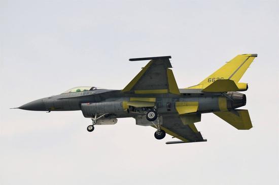 台湾F-16V战斗机试飞画面