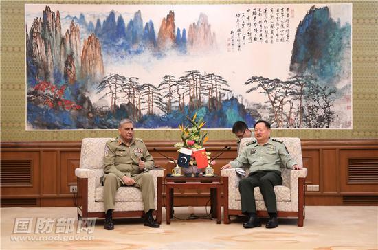 9月18日西半晌,中军委副主席张又侠在京会面到访的皇冠体育平台游玩陆军顾讯问长巴杰瓦。李晓伟 摄