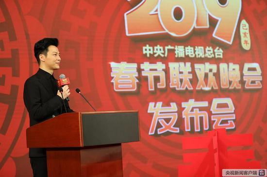 中央广播电视总台主持人任鲁豫宣布发布会开始。