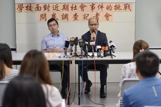 喷鼻港教诲事情者联会主席黄锦良问记者问。