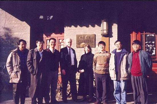 1994年中国经济研究中心成立初期合影(左起:张帆、易纲、林毅夫、德怀特?帕金斯、帕金斯夫人、海闻、余明德、张维迎)