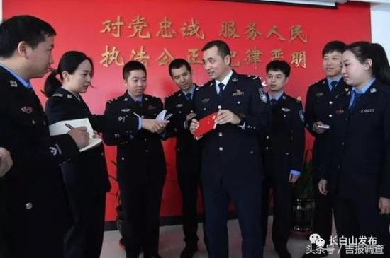吴强正在给警员们讲他与国旗的故事