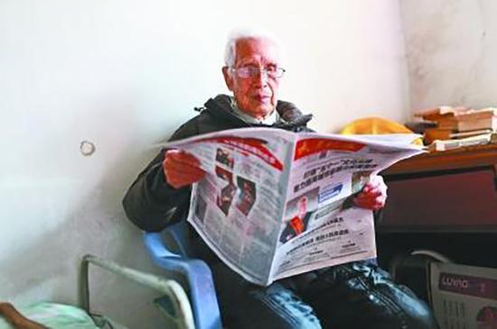 105岁的佟裕琦经常看书看报。 中新网 图