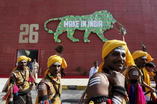 """▲在印度,随处可见""""印度制造""""的标语。(《印度时报》)"""
