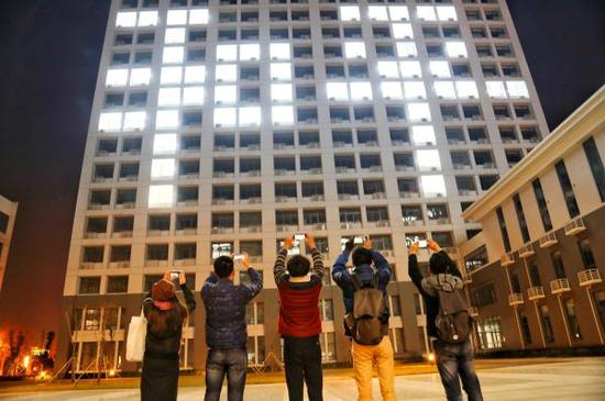 2017年12月12日,东南大学学生举行南京大屠杀死难者国家公祭日灯光祭。 视觉中国 资料