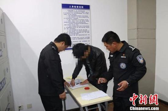 丽江导游言语威胁强迫游客买银器 被行政拘留3天