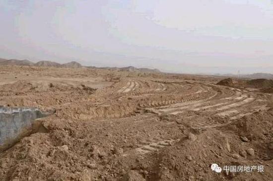 兰州市皋兰县。高山推为平地,沟壑耕地被填埋,一望无际,停工三年多。中房报 图