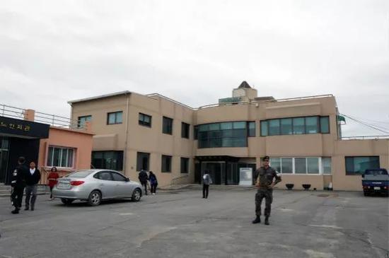 4月24日,一名韩国士兵在大成洞村村委会大楼旁执勤。 新华社记者李鹏摄