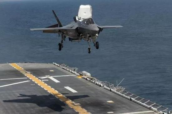 ▲圖為在兩棲攻擊艦起降的F-35B戰斗機