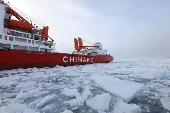 """▲资料图片:2017年8月3日,""""雪龙""""号在北冰洋中央航道进行破冰之旅。"""
