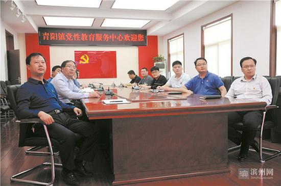 青阳镇定期组织党员干部观看党史与模范人物学习影片。