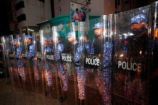 △2月5日,马尔代夫马累,警察在街头守卫 来源:东方IC