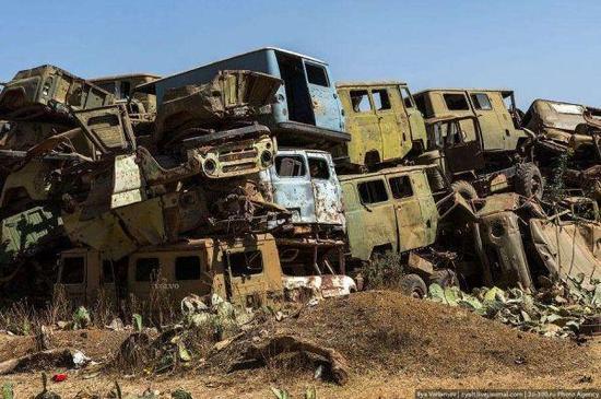 图为在埃厄战争后被遗弃的装备