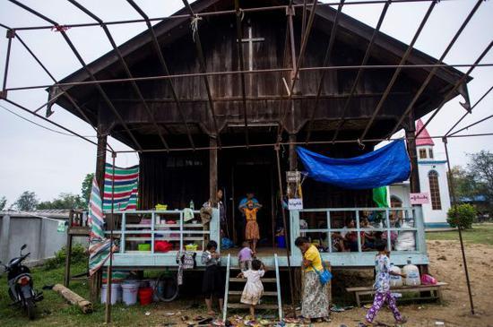 5月12日,在缅甸克钦邦,冲突造成的难民在一座教堂避难。(新华/法新)