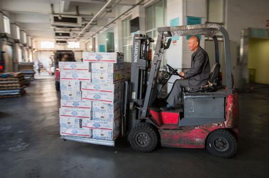 资料图:在中国上海的一间冷库,工作人员装卸美国牛肉。新华社记者孟鼎博摄