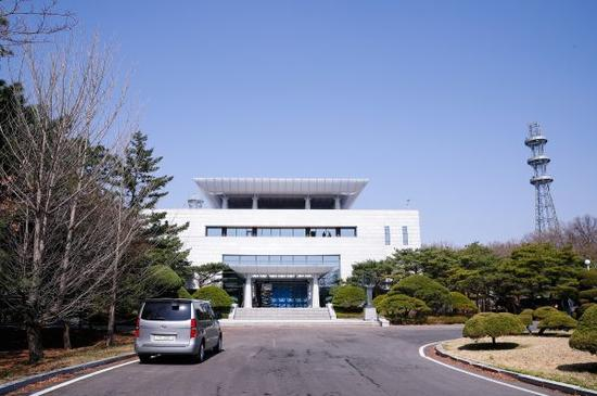 """这是韩方一侧的""""和平之家""""。 新华社记者 王婧嫱 摄"""