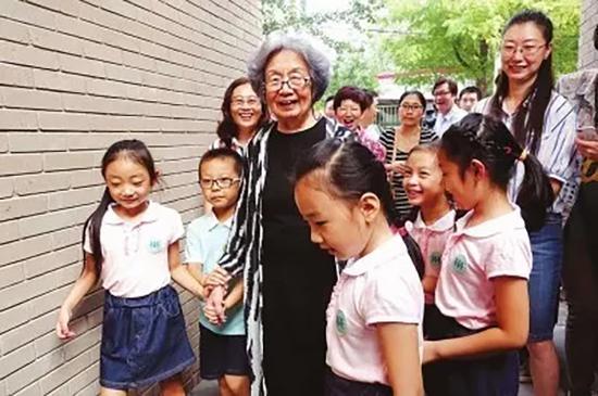 叶嘉莹先生与南开大学幼儿园的孩子们。