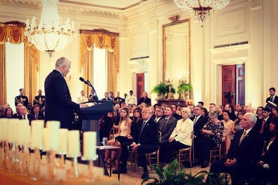 """美国第一夫人梅拉尼娅陪同同丈夫特朗普参加在白宫为""""金星家庭""""举行的一场活动(图片来源:梅拉尼娅推特)"""