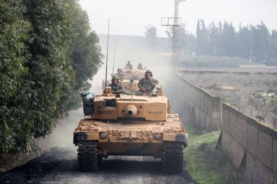资料图片:在叙利亚阿夫林地区开进的土耳其陆军豹2A4坦克部队。(图片来源于网络)