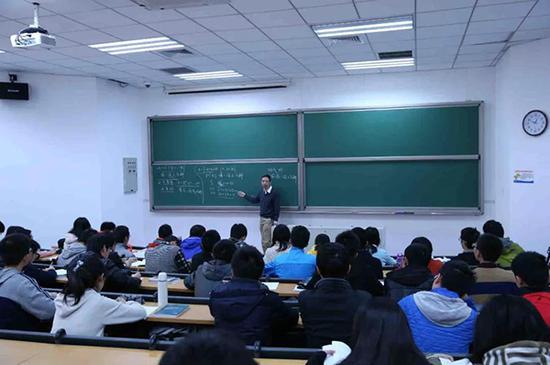 席南华院士为国科大本科生讲授《代数学引论》课程。杨天鹏 摄