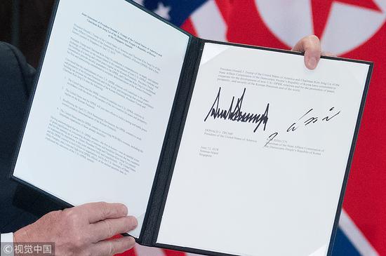 特朗普展示声明上的双方签字 @视觉中国