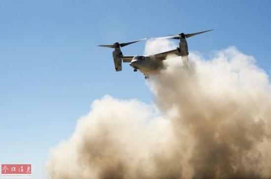 """资料图:2017年1月5日在美国陆军、海军陆战队与MV-22""""鱼鹰在非洲吉布提展开演练。"""