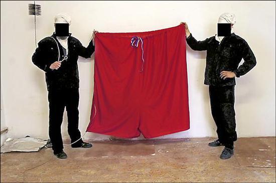 """2015年,捷克总统府的国旗被""""兹托霍文""""团体换成内裤 图片来自:外媒"""