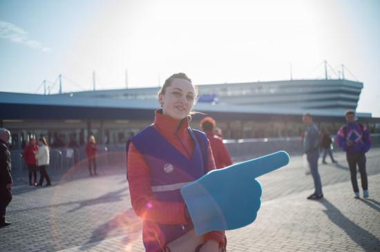 2018世界杯在俄罗斯拉开序幕前夕,加里宁格勒体育场的世界杯志愿者。(吴壮 摄)