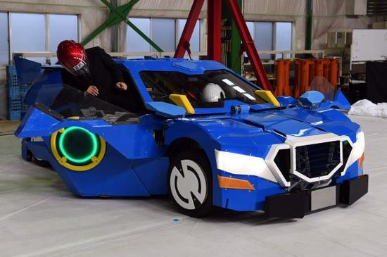 """日本新发布的""""科技白皮书""""建议政府加强对科研领域的资金投入。图为4月25日,日本东京世界首个可供人乘坐的人型变形机器人J-deite RIDE公开亮相。(马平 摄)"""