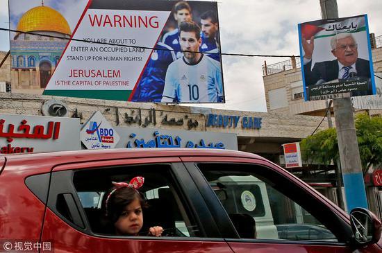抗议阿根廷和以色列友谊赛的宣传语,底端写着,耶路撒冷是巴勒斯坦首都 @视觉中国