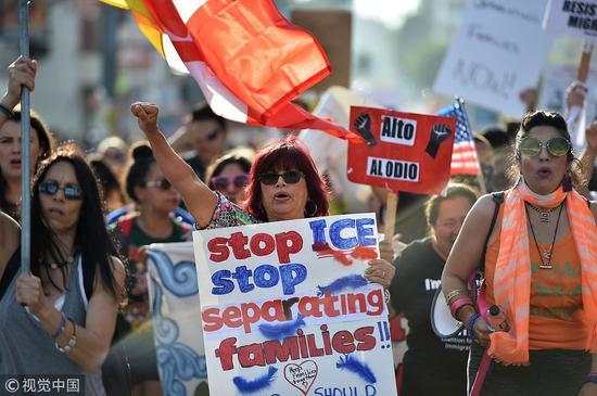 """美国各地举行抗议特朗普""""零容忍""""政策的游行。(图源:视觉中国)"""